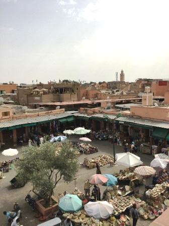 Vue sur la Place des Epices à Marrakech et sur la Koutoubia au loin