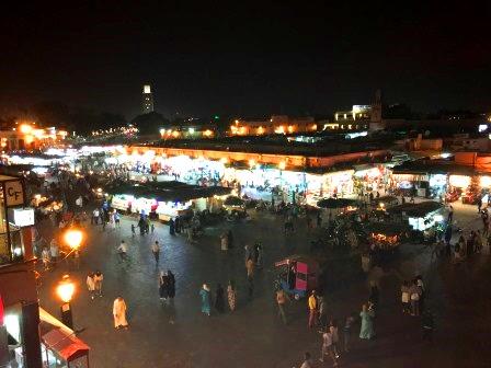 Vue de la place Jemaa-El-Fna la nuit à Marrakech