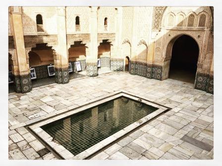 Bassin dans la vcur de la Medersa ben Youssef à Marrakech