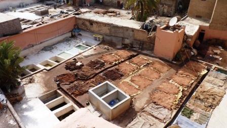 Cour dans les quartiers des tanneurs de Marrakech dans laquelle sèchent des peaux en cuir