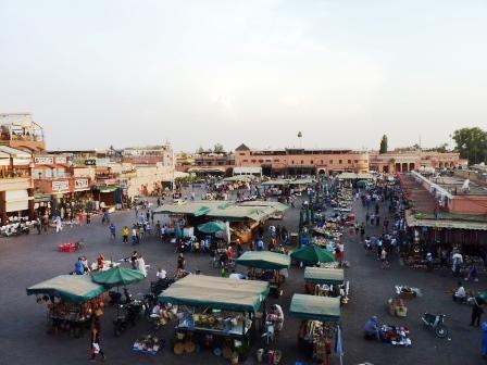 Vue de la place Jemaa-El-Fna à Marrakech