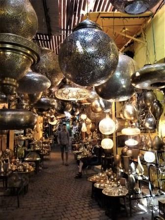 Luminaire à vendre dans le souk des ferblantiers à Marrakech