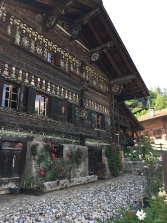 La façade décorée d'un chalet du village de Gryon