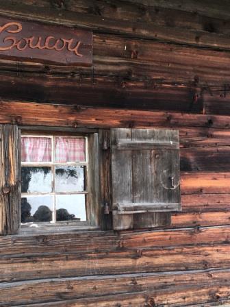 Vue rapprochée d'une fenêtre d'un chalet d'alpage au-dessus du village de Gryon