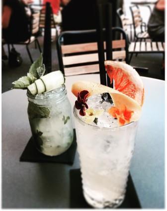 Photo de deux verres contenant des cocktails sur une table sur une terrasse de café