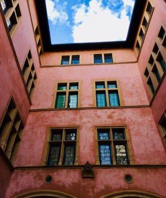 Façade rose-ocre de la cours intérieure du musée Gadagne à Lyon