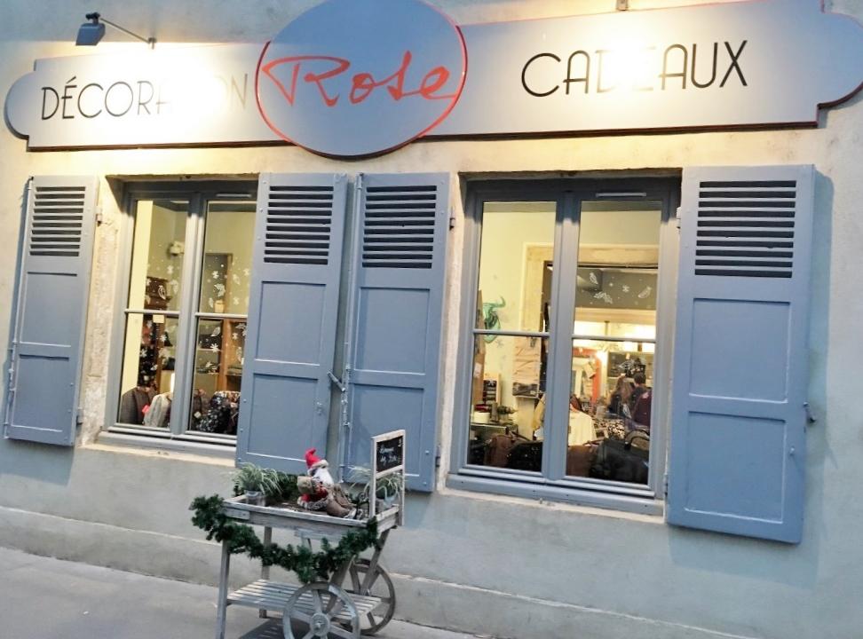 Façade gris souris et signalétique rouge de la boutique Rose à Lyon