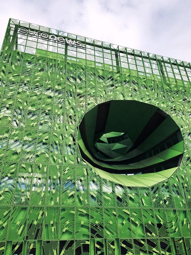 Façade futuristique en métal vert pomme de la chaîne Euronews à Lyon