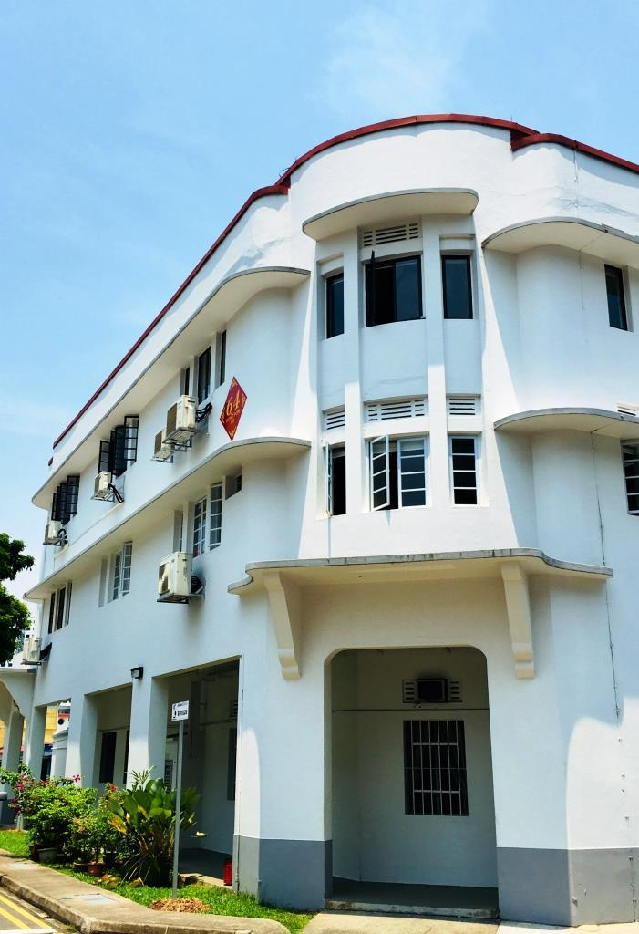 White art deco appartment building in Tiong Bahru's neighbourhood in Singapore