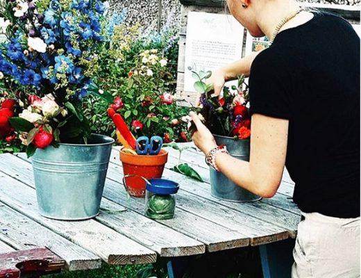 Photo de jeune femme blonde (la blogueuse heidigoestravelling) composant un bouquet de fleurs maison colorées.
